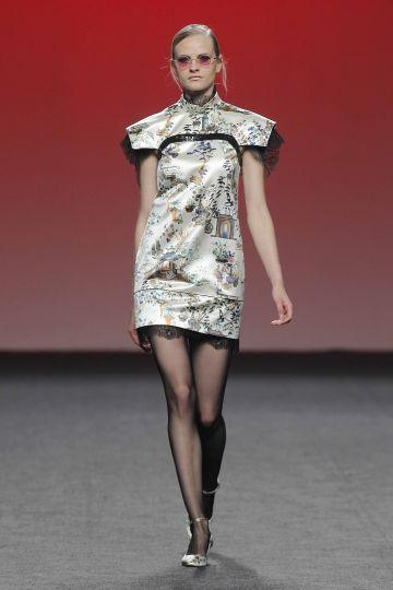 Vestido mini con mangas estructuradas