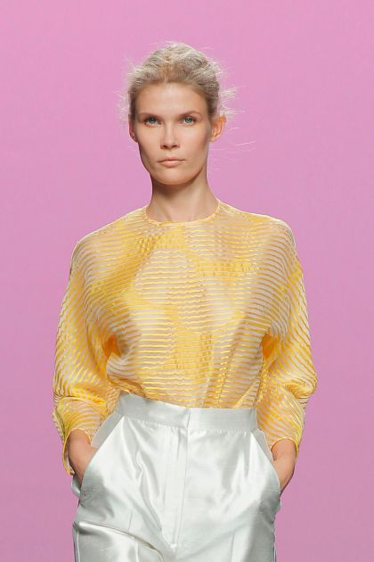 Top amarillo en organza