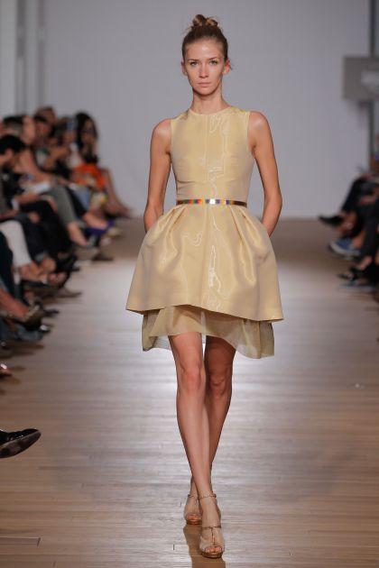 Sleeveless dress with pleats