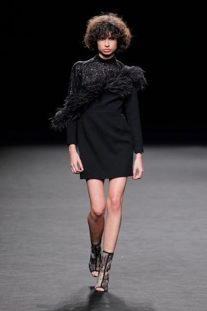 Mini vestido con plumas